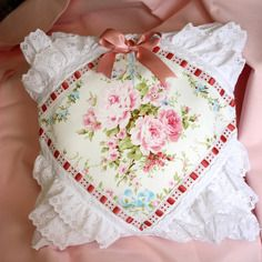 Coussin shabby chic roses, passe- ruban ancien et broderie anglaise vintage