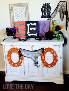 Martha Stewart Decoupage EEK Canvas Sign Tutorial  - Halloween DIY ideas using the Martha Stewart Crafts line of decoupage
