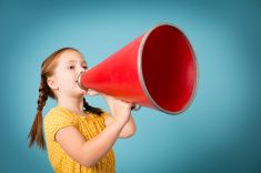 Petit garçon portant casquette Newsboy crier sur l'ancienne Porte-voix Stock Photo Libre de Droits 12066826 - iStock