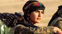 Image copyright                  @albertohrojas Image caption                                      Asia Ramazan Antar murió el 30 de agosto en uno de los combates de las mujeres kurdas sirias en contra de Estado Islámico.                                Los medios de comunicación occidentales llegaron a decir que era una chica de póster, una mujer bella entre armas pesadas y municiones. Pero para sus compañeros de lucha, la representació