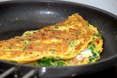 Denne omelet med grønkål og bacon er god og nem at lave: Bacon, Lasagna, Quiche, Breakfast, Ethnic Recipes, Lchf, Food, Ravelry, Drinks