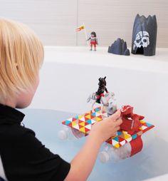 Juguetes reciclados: balsa de juguete hecha con botellas