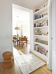 Un petit grand appartement - PLANETE DECO a homes world white and airy - dining bit of kitchen Interior Design Blogs, Contemporary Interior Design, Room Interior, Lobby Design, Small Apartments, Small Spaces, Floor To Ceiling Bookshelves, Living Room Decor, Living Spaces