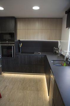 Cocina negra, moderna, luz led bajo los muebles.