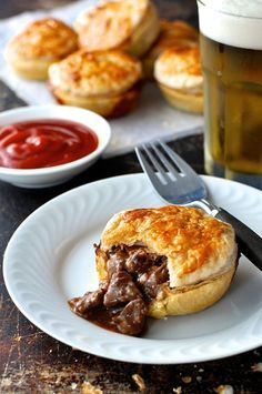Party Pies (Aussie Mini Beef Pies) Party Pies (Mini Beef Pies) - the classic Australian party / footy food, in mini form. Easy to make and freezes brilliantly. Australian Party, Australian Food, Australian Recipes, Great Recipes, Favorite Recipes, Mini Pie Recipes, Beef Pies, Recipetin Eats, Mini Pies