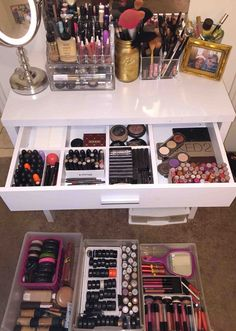 Makeup Idea 2018 21 Ways Real People Store and Organize Their Makeup Makeup Room Decor, Makeup Rooms, Rangement Makeup, Indian Bedroom Decor, Makeup Storage Organization, Diy Makeup Vanity, Make Up Storage, Glam Room, Room Ideas Bedroom