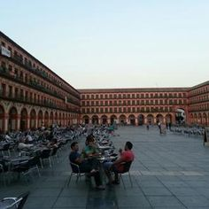 PLAZA DE LA CORREDERA. La plaza de la Corredera es uno de los lugares más emblemáticos de la ciudad de Córdoba. Única plaza mayor cuadrada de Andalucía y la más emblemática de España junto a la Plaza Mayor de Madrid y Plaza Mayor de Salamanca.