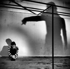 Le conseguenze di una bassa autostima sono solitamente delle difficoltà nelle relazioni amorose e in generale, difficoltà ad emergere nel lavoro, un senso costante e generalizzato di malessere emotivo interiore ...