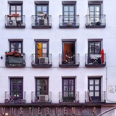 Ventanas... #madrid #places#lugares #people#gente#urbanscenes#escenasurbanas #Color #spring#primavera #HuaweiP20Pro @huaweimobileesp #zoom #ventanas #windows #building #arquitectura