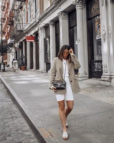 This neutral palette though in the Chloe Woody slides. Sporty Outfits, Mode Outfits, Fashion Outfits, Womens Fashion, Fashion Clothes, Stylish Outfits, Chloe Sandals, Sandals Outfit, Flat Sandals