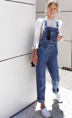Street style look com macacão jeans. Jumpsuit Denim, Dungarees Outfits, Outfit Jeans, Overalls Style, Womens Dungarees, White Overalls, Jeans Dress, Jeans Style, Street Style Outfits
