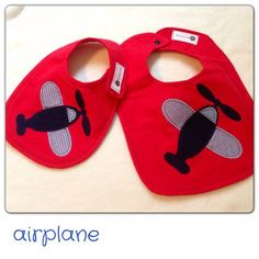 airplane bib Baby Sewing Projects, Sewing For Kids, Burp Rags, Burp Cloths, Baby Boy Bibs, Baby Girls, Baby Bibs Patterns, Baby Couture, Baby Crafts