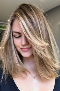 As the country is in lockdown, you couldn't go for the expensive route of doing a full makeover. Well, by getting creative with your... Medium Length Blonde, Medium Blonde Hair, Medium Brown Hair, Blonde Hair Looks, Brown Blonde Hair, Hair Color For Black Hair, Ash Brown, Carmel Blonde Hair, Honey Brown