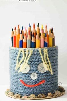 Hymynaama 3 - kynä kynät puuväri puukynä väri värikynä kynäpurkki kynäteline huumori askartelu nappi virkkaus ketjusilmukka villalanka lanka