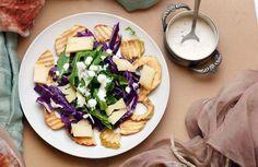 Una colorata insalata mette sempre allegria in tavola. Questa è con cavolo cappuccio, salsa allo yogurt e formaggio.