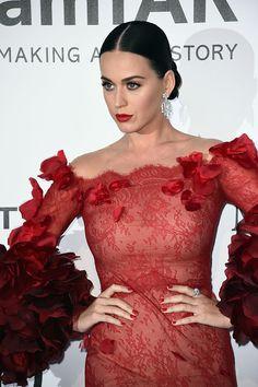 Katy Perry se veste de emoji, descubra qual?