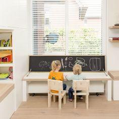 Kinderspeelhoek met veel opbergruimte in de huiskamer.