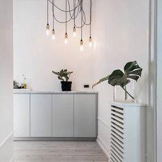 Hallen på Drejargatan 5, fotad av super-Adam. @kronfoto #scandinavianhomes #homedeco #decor #interior #interiör #interiordesign #eames #designclassic #ikea #boconcept #svartochvitt #betong #betongbord #marmor #mässing #marble #brass #stockholm #sweden #interiör #inredning #heminteriör #hay #design #blackandwhite #furniture