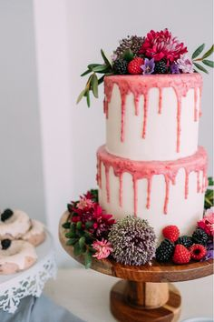 wedding cakes fruit Wedding cakes fruit chocolate for 2019 Bling Wedding Cakes, Fruit Wedding Cake, Wedding Cakes With Flowers, Wedding Cake Designs, Cake Flowers, Pink Flowers, White Chocolate Cake, White Chocolate Raspberry, Big Cakes