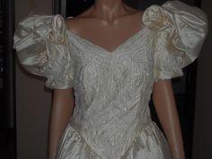 """abito da sposa firmato """"Aimèe"""" color champagne TG 46, con custodia. Il corpo è tutto ricamato con perline e cristallo, tessuto in pura seta 100%, con 2 sotto gonne in tulle ed una di seta, strascico 2,28. Con custodia.http://cgi.ebay.it/ws/eBayISAPI.dll?ViewItem&item=251588272337"""