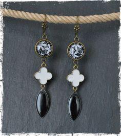 Boucles d'oreilles pendantes dormeuses fleur noire et blanche en laiton : Boucles d'oreille par c-moi-k-fee
