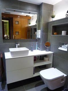Baño J.R. mueble a medida blanco, sanitario suspendido. lavabo sobre encimera http://www.renovainteriors.com