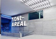 Toni-Areal in Zürich von EM2N Schriftzug