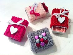 DIY: Geschenkhüllen zum Valentinstag stricken // How to knit gift cases for Valentine's Day by dieElster via DaWanda.com
