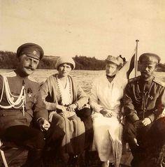 Capitão Nikolai Sablin, grã-duquesa Olga Nikolaevna da Rússia, a imperatriz Alexandra Feodorovna e Imperador Nicolau II da Rússia passeando de barco no rio Dnieper perto de Mogilev, no verão de 1916.