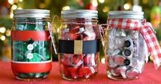 Need an easy, inexpensive, last-minute, DIY gift? Whether is for a teacher, a friend or a neighbor they will love these Mason Jar Christmas Gifts filled with Hershey's Kisses. Mason Jar Christmas Gifts, Small Christmas Gifts, Creative Christmas Gifts, Teacher Christmas Gifts, Mason Jar Gifts, Homemade Christmas Gifts, Christmas Gift Wrapping, Diy Christmas Ornaments, Christmas Projects