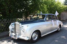 Ein Luxusschlitten wie er im Buche steht - der Bentley S2. (Die Fähnchen bitte wegdenken - denn diese sind diesem Auto nicht würdig). Zu mieten bei special-cars.info Benz, Antique Cars, In This Moment, Vehicles, Sled, You're Welcome, Vintage Cars, Car, Vehicle