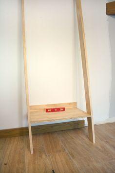 Tutorial for DIY Leaning Ladder Shelf Leaning Ladder Shelf, Ladder Shelf Decor, Diy Ladder, Garden Ladder, Ladder Shelves, Bed Shelves, Building Shelves, Shelf Arrangement, Diy Furniture Projects