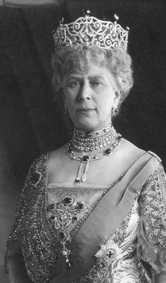 Queen Mary in the Delhi Durbar Tiara. Grandmother to Queen Elizabeth II.-Queen Elizabeth resembles her grandmother. Princesa Victoria, Reine Victoria, Queen Victoria, Queen Mary, Queen Elizabeth Ii, King Queen, Mary Mary, Royal Crowns, Royal Tiaras