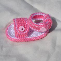 Ravelry: Deportivo botón cosido sandalias del bebé patrón de Heather Ormond