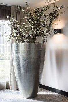 By Linda Lagrand interior design Bianca Mets Bianca design Interiør Lag is part of Floor vase decor - Floor Vase Decor, Tall Floor Vases, Vases Decor, Flower Arrangement Designs, Floral Arrangements, Flower Vases, Flower Pots, House Painting Tips, House Plants Decor