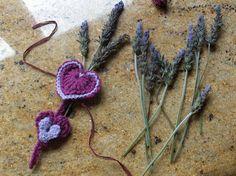 Aprendiz: adornos para paquetes de regalos. Y con el desarrollo del corazón en ganchillo!