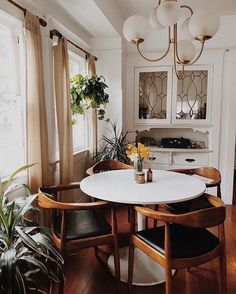 As long as you do your research, decorating in a dining room can be an entirely budget friendly experience, along with being elegant and enticing. Minimalist Dining Room, Dining Room Design, Interiores Design, Cozy House, Home Decor Inspiration, Home Kitchens, Decoration, Living Spaces, Sweet Home