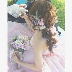 ピンクのドレスとカラフルのラブリーな花々が花嫁さんを祝福しているようヘアアレンジは特別な日にぴったりなブライダルヘアです。 . こちらは熊本でブライダルヘアメイクをしているsachiko shigaさんのアカウントより。 360度どこから見ても華やかでおしゃれなヘアアレンジは特別な日にぴったりですね。フラワーブーケとヘッドドレス、そしてドレスの統一された色合いが写真映えするウェディングスタイル。ロングヘアをゆるく編んだ後、しっかりとほぐすことが大切です。ゆるやかなウェーブでこなれ感も忘れないアレンジになっています。shigaさんのアカウントには他にも多くの華やかで目を引くアレンジが数多く紹介されているので、結婚式を控えている方もそうでない方もぜひフォローしてみてくださいね。 . photo by @s.s.k_1025 . #MERY#mery_hair_arrange#mery_hair_long#regram #hair#ヘアセット#ロングヘア#大人かわいい#ヘアアレンジ#ヘアスタイル#hairarrange#ウェディング#wedding#ウェディングヘア#ブライダル…