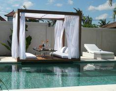 rideaux blancs et matelas de sol blancs pour aménager la terrasse moderne