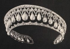 The Russian Pearl Pendant Kokoshnik commissioned by court jeweler Bolin in 1841 to Alexandra Feodorovn. The tiara was part of the masses of jewels taken by the Bolsheviks and sold to take advantage of the revolution. Royal Crowns, Royal Tiaras, Tiaras And Crowns, Russian Jewelry, Royal Jewelry, Vintage Jewelry, Faberge Eier, Diamond Tiara, Russian Beauty