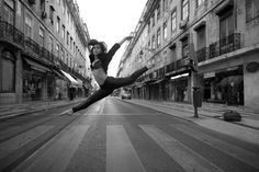 """A beleza da cidade e a beleza da bailarina. Primeiro foi Lisboa, agora é a vez do Porto. A câmara de Luís Rocha Reis, fotógrafo profissional há seis anos, é a coreógrafa destes momentos que enquadram dança e urbanismo.  Segue-se uma segunda exposição em Lisboa e uma primeira no Porto. Brevemente, os compassos de """"The Lisbon Ballerina Project"""" e """"The Oporto Ballerina Project"""" vão também estar eternizados em livro."""