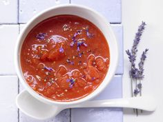 Tomatensuppe mit Lavendel - und Harissa - smarter - Kalorien: 70 Kcal - Zeit: 20 Min. | eatsmarter.de