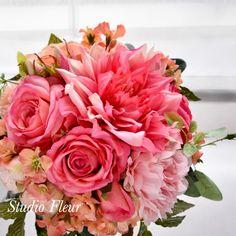 コーラルピンクのダリアとバラのナチュラルクラッチブーケ Silk Flower Bouquets, Silk Flowers, Rose, Plants, Flowers, Pink, Roses, Plant, Planting