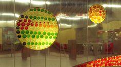 Ligne verte : station Joliette. Murale de verre, résine et acier inoxydable réalisée par Marcel Raby en 1973. La création de l'architecte, « Thème des mouvements du soleil », illustre la motion du système solaire.