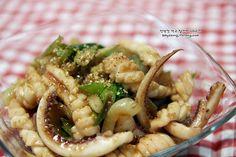오징어는 맛도 좋은데 가격도 착해서 볶음으로~찌개로~자주 식탁에 오르는 단골 식재료잖아요~ 이 착한녀석을 늘 하던 고추장양념이 아닌 오징어간장볶음으로 만들어보려는데요. 오징어간장볶음은 말 그대로 간장.. Korean Dishes, Korean Food, Pasta Salad, Green Beans, Risotto, Yummy Food, Meals, Chicken, Dinner