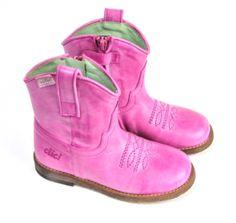 Clic meisjeslaarsje. Dit roze westernlaarsje van Clic kinderschoenen is enkelhoog en heeft een mooi sierstiksel op de bovenkant van de wreef.
