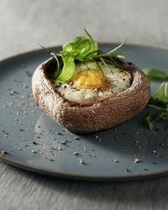 Een superorigineel en gezond ontbijt, deze leuke breakfast portobello's! Serveer met wat extra kerstomaatjes of een stukje brood.