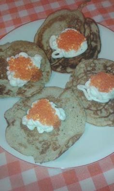 Blinis, i celebri pancake russi. Con panna acida e uova di salmone. (Certo che quelli di Babette saranno stati più buoni; ci andrebbe il caviale ma...  )