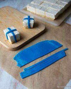 Raikas limejuustokakku muuntautuu suorakulmaiseen vuokaan tehtynä myös leivoksiksi. Itsenäisyyspäivän hengessä leivokset on koristeltu siniristeillä. Vinkit: Laita ristikoristeet paikoilleen mielellään mahdollisimman lähellä tarjoiluhetkeä, sillä sininen massa voi päästää väriä. Leivokset voi tehdä muutoin valmiiksi parikin päivää aikaisemmin. Koristelunkin voi tehdä etukäteen, jos ei