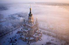 世界の美しいランドマークをドローンで空撮した写真シリーズ「Air」 > Amos Chapple(http://www.amoschapplephoto.com/) > 真冬のペテルゴフの聖使徒ペトル・パウェル大聖堂(ロシア・サンクトペテルブルク)
